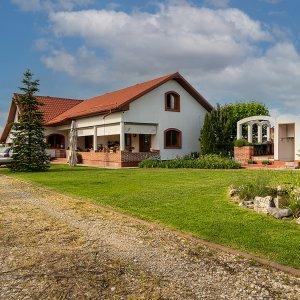 Casa cu curte peste 2.000 mp si gradina